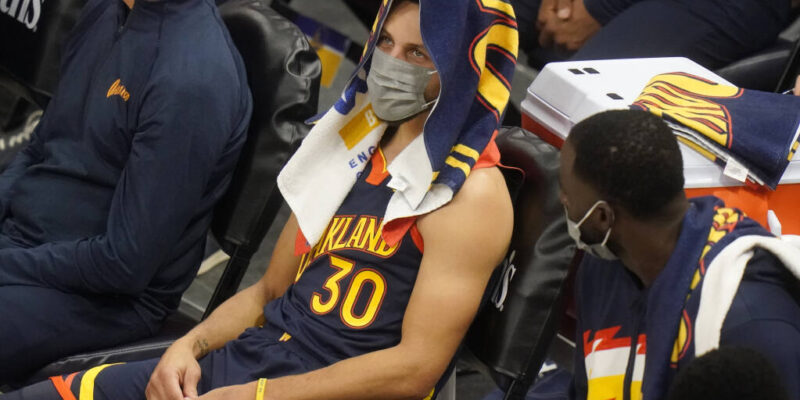 Stephen Curry on the bench 2021